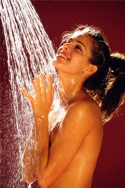 девушка под душем фото